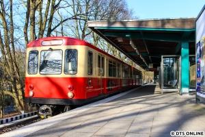 Auf dem Rückweg bot sich kein besonderes Motiv mehr an (wegen der Sonne oder ungünstiger Haltestellenlage), sodass an meiner Heimathaltestelle Fuhlsbüttel Nord ein kurzer Halt eingelegt werden konnte. Fehlen hier in meiner Sammlung nur noch die T-Wagen 220/11...