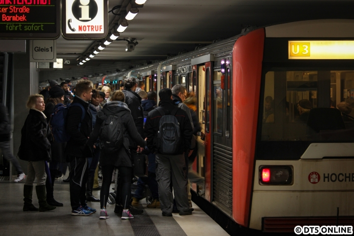 Fahrgäste am Berliner Tor