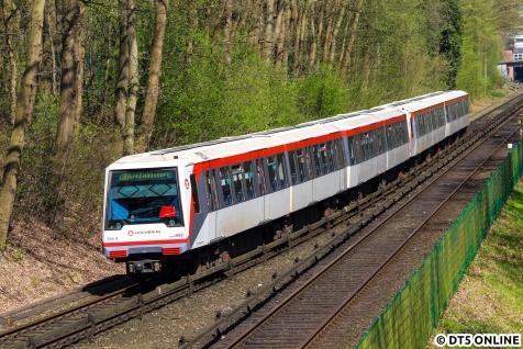 """Eine Brücke weiter der """"falsch"""" beklebte DT4 201, welcher sowohl das Hochbahnsymbol als auch den Schriftzug trägt."""