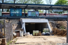 Seit letztem Jahr wird ein zweiter Zugang in den Bahndamm hineingebaut. Links befindet sich ein Aufzug, rechts führt eine feste Treppe auf den Bahnsteig.