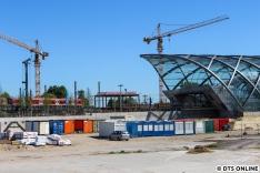 Hinten passiert eine S3 den noch im Bau befindlichen Haltepunkt Elbbrücken