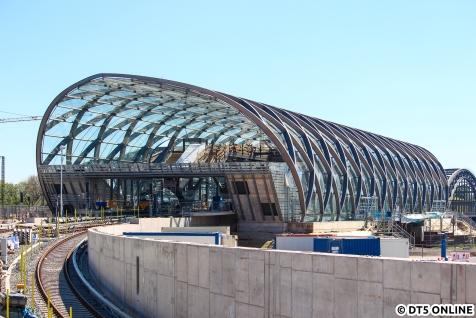 Blick von der als Freihafenelbbrücke bezeichneten Straße über die U4-Strecke auf die Station am 6. Mai