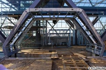 Vor einem Monat sah der Zugang unter dem einzuhebenden Skywalk, an dem sich auch bereits die Betonplatten und das Kasseler Sonderbord für eine Bushaltestelle befinden, so aus.