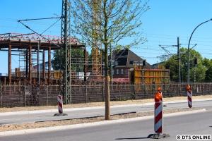 """Und die Baustelle der S-Bahn heute, das """"Bauwerk"""" links steht nördlich der S-Bahn-Station. Es hat mit dem Skywalk nichts zu tun."""