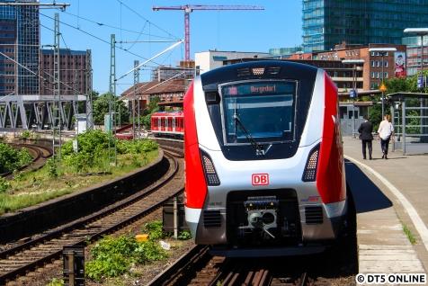 Bevor es für mich nach Hause ging, hielt ich noch den 9007 bei seinem ersten Fahrgasthalt in Berliner Tor Richtung Bergedorf fest.
