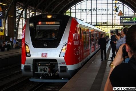 Die S-Bahn stellte den Zug auf dem Weg nach Bergedorf zunächst geladenen Gästen vor, hier steht 490 007 als S21 Bergedorf beim Einstiegshalt in Dammtor.