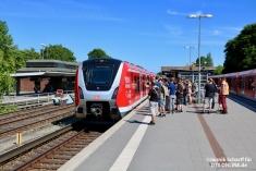 In Ohlsdorf stiegen diverse Mitarbeiter/innen in den vorderen Zugteil, angeführt von 490 006, ein. Der hintere Zugteil (9007) war abgesperrt.