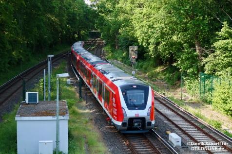 Vor der Sonderfahrt für die Mitarbeiter der S-Bahn Hamburg hat der Vollzug aus 9006 und 9007 noch eine Testfahrt absolviert. Hier fährt 490 006 an der Spitze in Poppenbüttel ein.