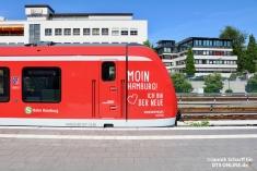 Der erste (490 006) und der letzte Wagen (490 507) des Zuges tragen eine Sonderbeklebung anlässlich der anstehenden Sonderfahrt sowie der am Tag darauf folgenden ersten Fahrt im Fahrgastbetrieb.