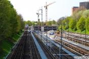 Ein Blick auf die neue Werkstatt von der Schiffbeker Brücke aus. Links das Streckengleis Richtung Billstedt, das dritte und vierte Gleis rechts daneben wurde für die neue Werkstatt verlängert.