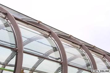 Der Skywalk ist nicht ganz geschlossen, sondern enthält noch Lüftungsschlitze, damit es im Sommer nicht zu warm im Inneren werden kann.