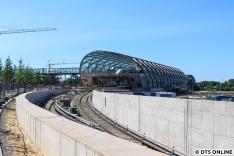 """Das """"Standardmotiv"""" durch den Zaun - jetzt auch mit Skywalk. Bis auch """"Teil 3"""", das Dach der S-Bahn-Station zu sehen ist, wird es leider noch bis 2019 dauern."""