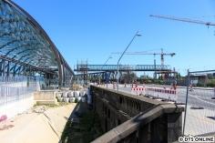 Blick auf U4-Bahnhof und Verbindungsbrücke, der Bauzaun rechts im Bild ist nur für die Treppe nach unten...