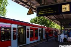 Die erste Fahrgastfahrt des ET 490 - eine ganz normale Bahnsteigszene bald... Einen Sondertext auf den Anzeigen gab es nicht, dafür die Durchsagen.