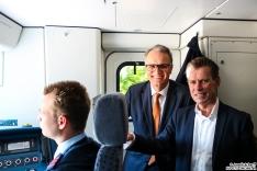 Staatsrat Andreas Rieckhof und S-Bahn-Geschäftsführer Kay-Uwe Arnecke zu Besuch beim Triebfahrzeugführer.