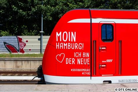 Der Premierenzug wurde extra für den Start des Probebetriebs mit Fahrgästen beklebt, aber nur an den äußeren Enden. Moin Hamburg!