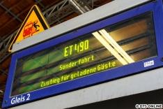Kurz vorm Einstieg sprang die Anzeige noch auf diesen Sondertext um. Der Zug wurde später an allen Stationen etwa eine Minute vor Ankunft angekündigt. Hamburgs neues Wahrzeichen öffnet heute seine Türen. Sogar die Abfertiger am Hauptbahnhof haben das angesagt.
