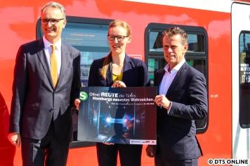 Staatsrat Rieckhof, die Projektleiterin des ET 490 bei Bombardier Juliane Storm-Ohm und S-Bahn-Geschäftsführer Arnecke nach der Fahrt in Bergedorf.