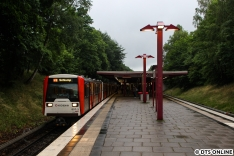 Der zweite Umlauf mit 857 an der Spitze wurde bei Hamburger Wetter am Bahnsteig fotografiert.