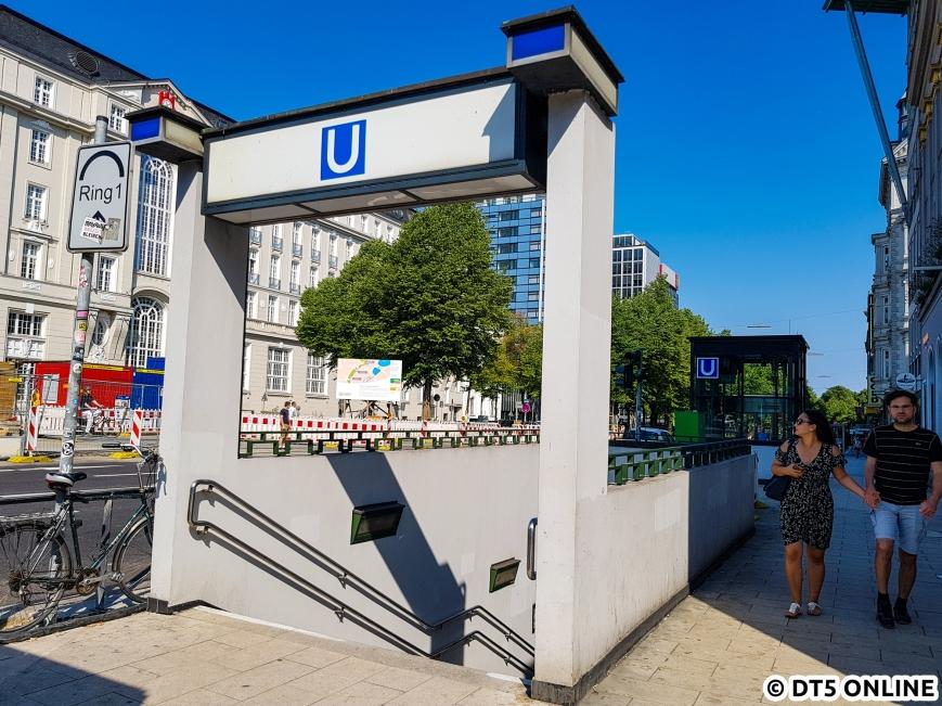 Dieser Ausgang sieht heute so aus, wie zur Eröffnung 1929. In der Dammtorstraße (rechts hinter dem Fotografen) halten die meisten Buslinien. Hierbei handelt es sich um eine ehemalige Straßenbahnhaltestelle mit heute zwei Bussteigen in Mittellage.