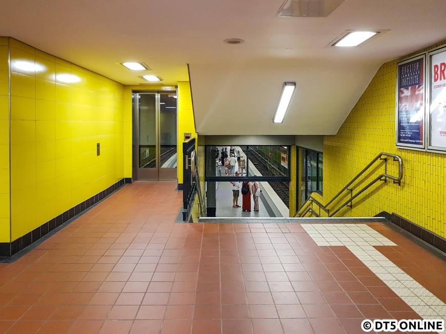Von der Schalterhalle führt ein zweiter Aufzug weiter bis zum Bahnsteig. Er liegt unter einer Verkehrsinsel.