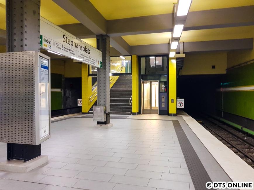 Auf dem Bahnsteig, südliches Ende Richtung Jungfernstieg. Vor dem Aufzugeinbau befand sich an der Stelle eine Fahrtreppe.