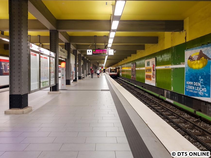Der Bahnsteigbelag wurde 2015 erneuert, seitdem wirkt die Haltestelle deutlich heller.