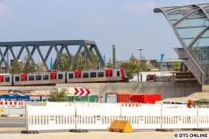 Ein bald völlig alltägliches Bild: Ein DT5 am Bahnhof Elbbrücken.