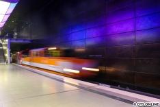 Nachdem die Akkulok kurz an den Bahnsteig kam, holte sie den gegen 13:40 Uhr angekommenen DT5 376 aus der Kehre ab.