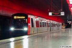 Da bei der Fahrt das Fahrgastinformationssystem getestet wurde, stand auch bereits U4 Elbbrücken am Zug. Die Akkulok schob/zog den DT5. Man beachte auch, dass man das Ziel am Zug beachten solle...