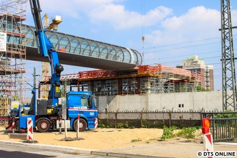 Ein Blick hinüber zur S-Bahn, trotz erheblicher Probleme scheint es hier weitergegangen zu sein. Leider sieht man davon von der Straße aus nichts...