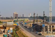 Der Blick vom Viewpoint hat sich in den Jahren, in denen ich den Bau bereits begleite, deutlich gewandelt. Nach der Flüchtlingsunterkunft folgt nun ein erstes Gebäude in der Baakenallee... Bald wird man hier leider nicht mehr viel vom neuen Bahnhof sehen.