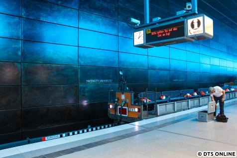 Gegen 14 Uhr erreichte die Akkulok samt umgebauter Lore wieder den Bahnhof HafenCity Universität