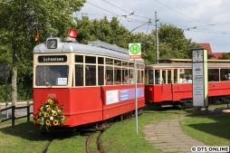 Hier ist V3 2970, gebaut im Jahr 1937 bei der Waggonfabrik Falkenried (Hamburg) mit einem nicht ganz passenden V2B-Beiwagen, welcher bereits 1928 gebaut wurde. Dieser Zug war der einzige, mit dem Fahrgäste mitfahren durften.