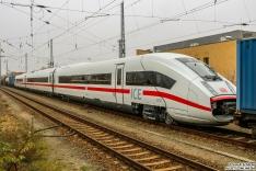 3-teiliger ICE4 mit Tfz Nummer 9203 ist eingereiht zwischen Schutz-/Bremswagen um von 182 526 nach Mönchengladbach geschleppt zu werden