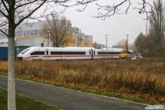 3-teile des ICE Triebzug 9203 werden eingereiht zwischen 6 Bremswagen in den Bahnhof Hennigsdorf geschleppt um von dort durch 182 526 nach Mönchengaldbach transportiert zu werden