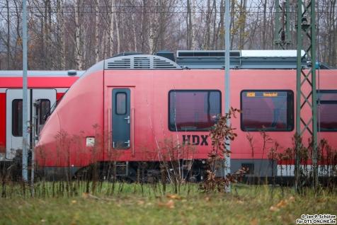442 201 steht abgestellt in Hennigsdorf im BT Werk und schildert RE88 Hennigsdorf. Der Zug sollte an die DB ausgeliefert werden, aufgrund von Mängeln wurde die Annahme jedoch verweigert. Seitdem steht das Fahrzeug beim Hersteller und dient offenbar Erprobungen.