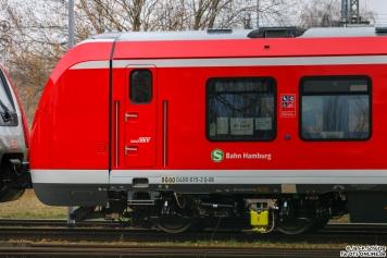 """An 490 115 sieht man ein interessantes Detail: im Fenster ist """"vmax = 80km/h"""" angeschrieben. Darunter befinden sich Berliner Stromabnehmer für die Teststrecke (Hennigsdorf - Velten)"""