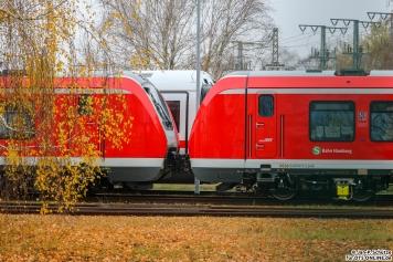 490 101 + 490 115 stehen im Bombardier Werk Hennigsdorf. 490 115 besitzt Stromabnehmer für die Teststrecken Stromschinen, welche an die Berliner S-Bahn angelehnt sind und nicht kompartibel mit der Hamburger ist. Im Hintergrund schleicht sich ein einzelner ICE4 Tk vorbei