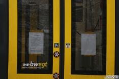 Warnungsmeldung einer defekten Tür. 8442 302 steht auf der Teststrecke im BT Werk Hennigsdorf und es werden diverse Tests durchgeführt