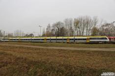 8442 303 steht als 5-teiler abgestellt im BT Werk Hennigsdorf. Im Hintergrund lugt ein 490 hervor