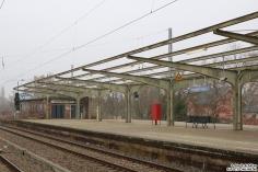 Dreht man sich einmal um, sieht man dieses alte Bahnhofsgerippe des Bahnhofs Hennigsdorf. Es ist nicht abgesperrt.