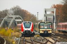 Ein Treffen zweier Baureihen, die verschiedener nicht sein könnten: Die erste Weihnachtssonderfahrt der Historischen S-Bahn begann mit einer Begegnung mit dem 490 002, welcher 10min vorm Museumszug in Richtung Innenstadt fuhr, leer natürlich.