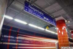 """Am 2. März fotografierte ich letztmals das """"schöne"""" Fliesenmuster im Bahnhof Reeperbahn mit einer einfahrenden S-Bahn. Seit den Märzferien hat die Station ihren Charakter verloren, seitdem sind die Wände schwarz."""