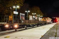 Am Abend des 2. Novembers fotografierte ich in Saarlandstraße einige Bauzüge, die für eine Wochenendbaustelle ausrückten. So auch diesen Zug mit zwei alten LB5-Loren an der Spitze. Deren Drehgestelle stammen übrigens von T-Wagen ;)