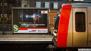 """Anfang April tauchten in Hamburg und Umgebung diese Plakate der S-Bahn auf: Der ET 490 a.k.a. """"Hamburgs neues Wahrzeichen"""" würde bald seine Türen öffnen. Die geplante Inbetriebnahme, die damit beworben wurde, musste jedoch ausfallen."""