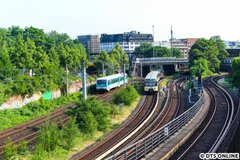 9. Juni 2018: Der 628 201 kam zu Besuch nach Hamburg, und zwar im Rahmen eines Museumstages im Sachsenwald. Auf dem Heimweg der HEL und Historischen S-Bahn sollten die Züge sich planmäßig treffen. Leider klappte dies erst am Bahnhof Hasselbrook, kurz bevor die Wege sich trennten, und nicht am Standort des Fotografen. So musste das zur Sicherheit mitgeführte Stativ zum Einsatz kommen, damit die Begegnung trotzdem klappte. Letztlich fehlte vielleicht eine halbe Minute.