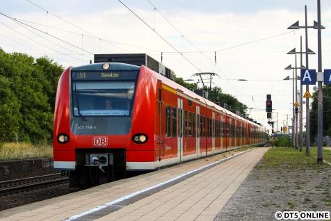 Es folgte ein Ausflug nach Hannover am 10. August, welcher zu einer Odyssee wurde. Wegen eines Sturms waren diverse Strecken gesperrt. So musste der Hannover-Trip auf knapp 2 Stunden gekürzt werden, leider. Aber der Hinweg glich einem Highlight: Kein SEV, daher S3 - EVB bis Bremerhaven - RE bis Hannover. Hier fährt 425 778 als S51 in den Hp Bismarckstraße ein.