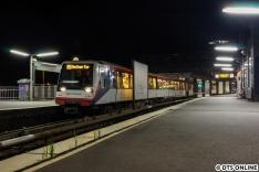 """Es wurde eine lange Nacht, vom Hannoverausflug ging es nach kurzer Pause gegen Mitternacht noch einmal in die Stadt, zum DT4-U3-Nachtverkehr, ein bislang nie beackertes Feld. DT4 140, inzwischen mit """"serienmäßigem"""" DT5-Innenraumdesign, und nicht mehr den Designstudien, im Bahnhof Landungsbrücken."""