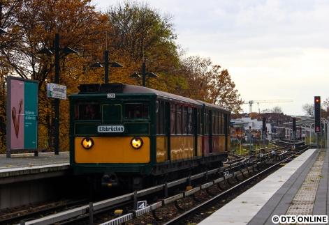 Am 11. November fotografierte ich erstmals T-Wagen 220 mit seinem neuen Steckschild für den Bahnhof Elbbrücken. Dank dem Einsatz zweier Privater stehen dem Wagen 220 nun wieder neue, und zum Teil noch nicht eingesetzte Ziele zur Verfügung, mehr davon dann, wenn sie auch mal am Zug sind ;)